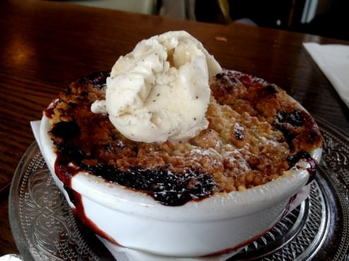 Strawberry Crumble with vanilla ice-cream (36 NIS)