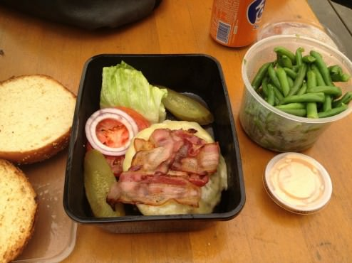 Sergus Burger with Emental cheese and bacon, and a side dish of green beans (53 ILS)