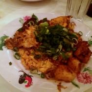 Chai Thai Quay: best of Singapore street food, Salty and spicy omelette with steamed kohlrabi cakes, garlic, green onions, pickled daikon and chili (17 ILS). A positive surprise.